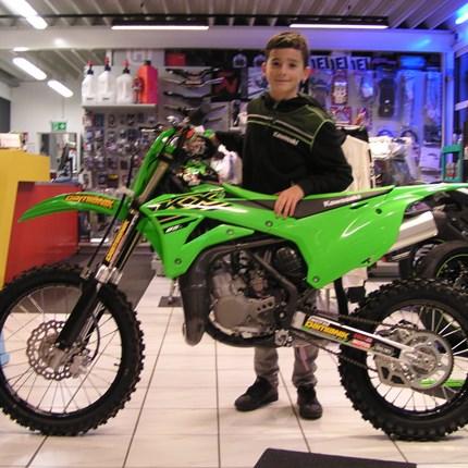Legenden wählen KX - für Gewinner gebaut.  Für Matthias trifft dieser Spruch zu 100% zu. Aus der KX 65 ist er herausgewachsen. Ein neues Bike muss in die Garage - also nah... Weiter >>
