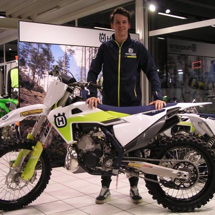 Willkommen im Team Damianik!  Es freut uns, dass Matthias die MX-Saison 2021 für das Team Damianik bestreiten wird. Mit seiner neuen Husqvarna TC 250/2021 wir... Weiter >>