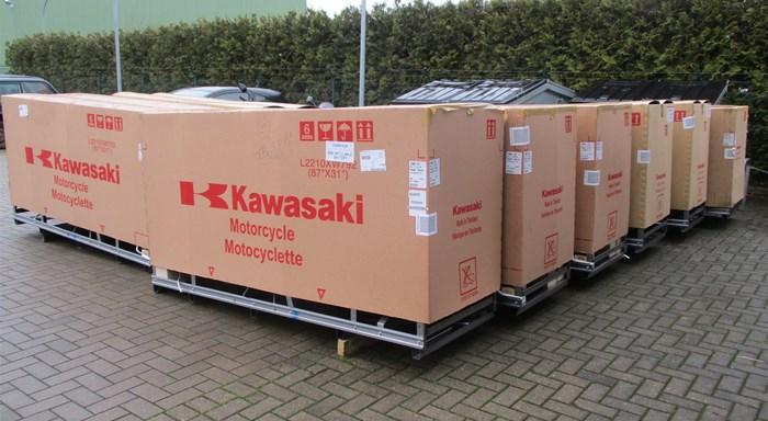 Neue Lieferung von weiteren 2021-Kawasaki Bikes sind endlich da ! Los geht's !!!
