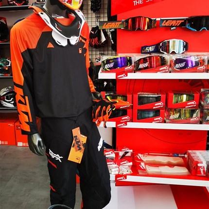 KTM Motocross Bekleidung für Klein und Groß !  KTM Motocross Bekleidung für Kinder und Erwachsene . Wir haben eine große Auswahl . Schaut vorbei und lasst euch beraten !