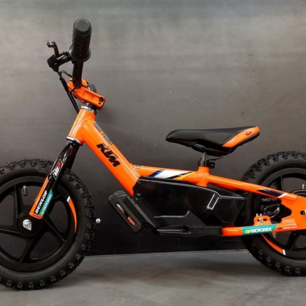 """KTM REPLICA 12EDRIVE - JETZT NEU & AM LAGER !!   KTM REPLICA 12EDRIVE  Ideal für 3-5-Jährige unter 34 kg, mit 35-51 cm Innenbeinlänge  12""""-Verbundräder mit Luftbereifung ... Weiter >>"""