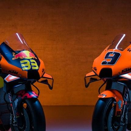 """KTM MotoGP™ TEAM 2021 - Motorräder Tech 3  """"oranger"""" als KTM KTM stellte sein Moto GP Team für 2021 vor. Der Südafrikaner Brad Binder #33 und Miguel Oliveira Portugal #88 bilden das offiziell... Weiter >>"""