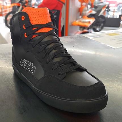 KTM  J-6 WP SHOES Motorradschuh  J-6 WP SHOES HochwertigeMotorradstiefel im Sneaker-Design 100 % wasserdichte Membran Obermaterial aus Vollnarben- und Wildled... Weiter >>