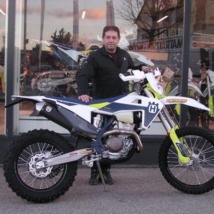 Husqvarna FE 350/2021 übergeben!  Hermann hat gut lachen. Er hat eine der letzten Husqvarna FE 350 / 2021 ergattert. Wir wünschen mit den  neuen Bike viel Spaß.