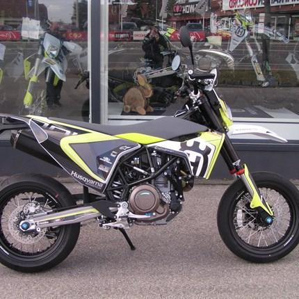 Pimpe my Bike!!  Unter diesen Moto hat Bernd seine Husqvarna 701 Supermoto zusammengestellt. Das Ergebnis kann sich sehen lassen. Wir wünschen mi... Weiter >>