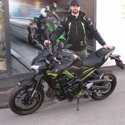 Bremsen macht die Felgen dreckig!  Ob das der Leitspruch für Dorian wird? Das passende Bike hätte er dazu. Wir wünschen mit der neuen Kawasaki Z 900/2021 viel Spaß... Weiter >>