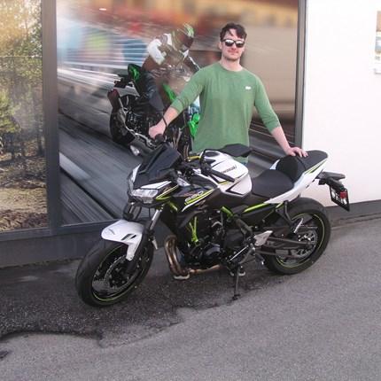 Motorradfahren ist die wildeste Spielart einer friedlichen Seele!  Michael erfüllt sich heute einen Traum und holt sich sein lang ersehntes Bike, eineKawasaki Z 650 ab. Wir wünschen viel Spaß un... Weiter >>