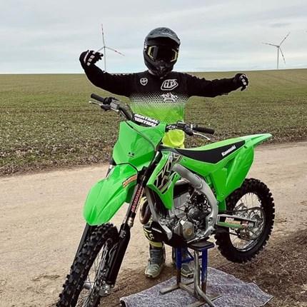 Es ist an der Zeit, dass  wieder ein MX-Bike in der Garage steht!  Michael hat nach reiflicher Überlegung beschlossen: Es ist an der Zeit dass wieder ein MX-Bike in der Garage stehen soll.Es fre... Weiter >>