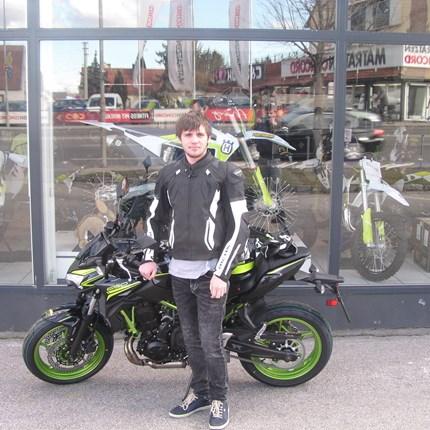 Ein Leben ohne Motorradfahren ist möglich aber sinnlos!  Darum hat Elias heute seine brandneue Kawasaki Z 650 / 2021 abgeholt!! Wir wünschen viel Spaß und viele unfallfreie Ausfahrten!