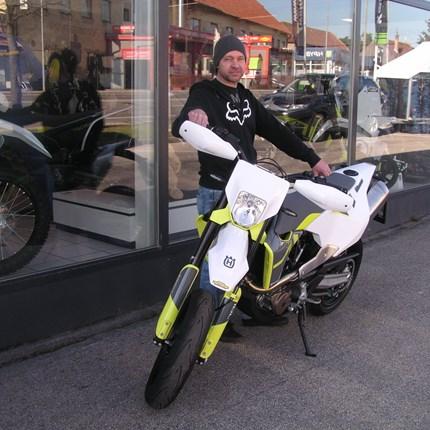Die Biker-Saison kann beginnen!   Für Michael kann die Biker-Saison beginnen. Er hat heute seine neue Husqvarna 701 Supermoto/2021 in Empfang genommen! Wir wünsch... Weiter >>