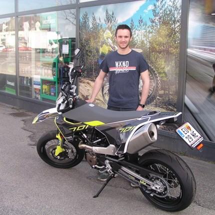Neue Saison, neues Bike!  Jan hat heute seine neue, sehr edle und sehr persönlich gestaltetet Husqvarna 701 Supermoto abgeholt. Wir wünschen mit den neuen... Weiter >>