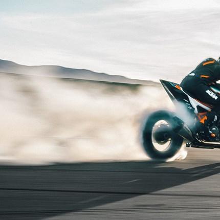 DIE KTM 1290 SUPER DUKE RR DONNERT AUF DIE BÜHNE  KTM ist immer für eine Überraschung gut: Für die neueste KTM Limited Edition wurde die KTM 1290 SUPER DUKE R in ein noch schärfe... Weiter >>