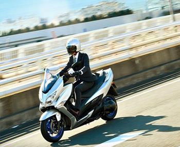 Suzuki BURGMAN 400 (2021): Der beliebte Cityroller von Suzuki erhielt ein umfangreiches Update. Der 400ccm-Motor erfüllt nun die E... Weiter >>