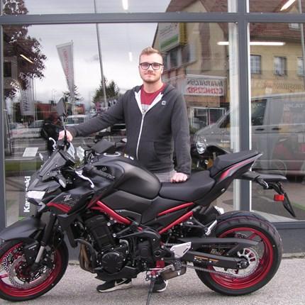 Übergabe eine Z 900!  Lukas ist einer der Glücklichen der sich rechtzeitig für eine Kawasaki Z 900 entschieden hat. Es freut uns dass wir heute ... Weiter >>