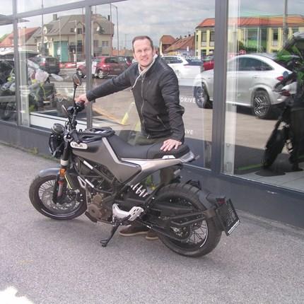 Erste Svartpilen 401 ausgeliefert!  Harald ist in der Biker-Saison 2021 der Erste an den wir eine Husqvarna Svartpilen 401 übergeben dürfen. Wir bedanken uns ... Weiter >>