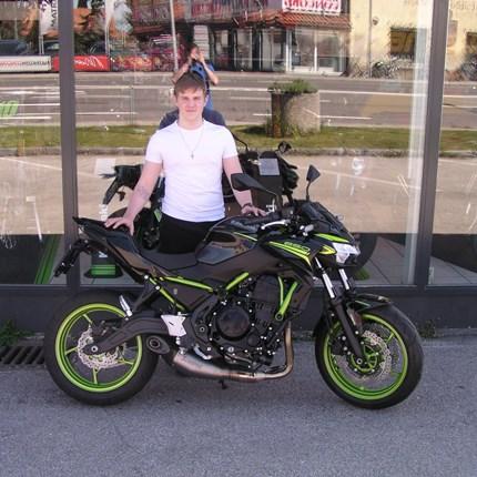 Biker haben nicht das Beste von allem. Biker machen das Beste aus allem.    Lukas hat aber auch das beste Bike dazu!! Es freut uns, dass wir eine Kawasaki Z 650 übergeben dürfen! Wir wünschen viel ... Weiter >>