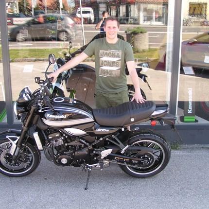 Motorradfahren ist die wildeste Spielart einer friedlichen Seele.   Manuel hat dafür das beste Bike! Mit seiner Kawasaki Z 900 RS kann er die schönsten kurvigen Straßen in Stadt und ... Weiter >>