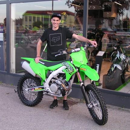 KX 450 bereit für die MX-Strecken !!  Gerald startet ab sofort mit seiner neuen Kawasaki KX 450 durch! Er wird mit seinen neuen Bike sämtliche MX-Strecken in ... Weiter >>