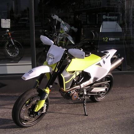 Motorradfahren ist viel zu schön, um es allein den Männern zu überlassen.     Die Bikerinnen werden immer mehr! Es freut uns, dass wir an Nadja eine sehr persönlich gestaltete Husqvarna 701 Supermoto ... Weiter >>