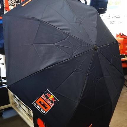 Regentage? Wir sind gerüstet! KTM RED BULL Regenschirm  Regentage? Wir sind gerüstet! KTM RED BULL Regenschirm bei uns im Shop! HIER SHOPPEN !!