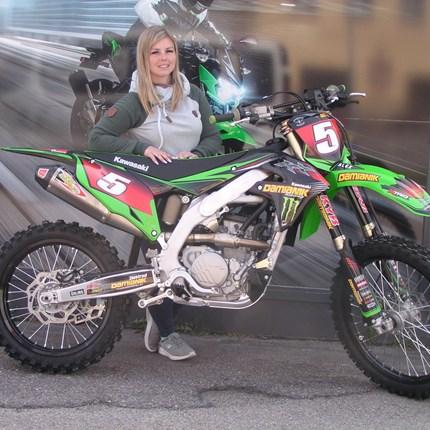 Unsere letzte KX 250 / 2021 geht auf Reisen !!  Alex holt sich unsere letzte Kawasaki KX 250 der Modellreihe 2021. Wir wünschen der Motocross-Lady viel Spaß und viel ... Weiter >>