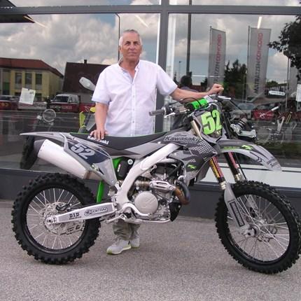 Der Boden bebt, denn die 4 Takt lebt  Wir wünschen Ernst mit seiner sehr edlen Kawasaki KX 450 viel Spaß und viel Erfolg!