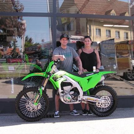 KX 450  übergeben!  Georg und Sabine haben seit längere Zeit die Leidenschaft zum Motocross Sport entdeckt. AnGeorg dürfen wirheute eine ... Weiter >>
