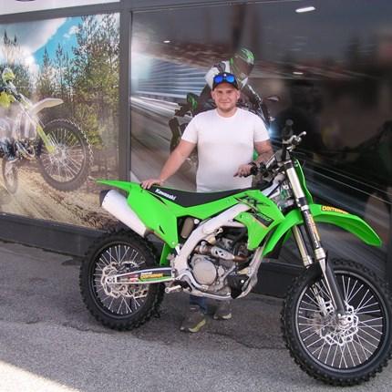 Erste Kawasaki KX 250/ 2022 übergeben!!  Kaum ist sie da, ist sie auch schon wieder weg!! Alex hat dieehre und darf die erste Kawasaki KX 250 der Modellreihe 2022 ... Weiter >>